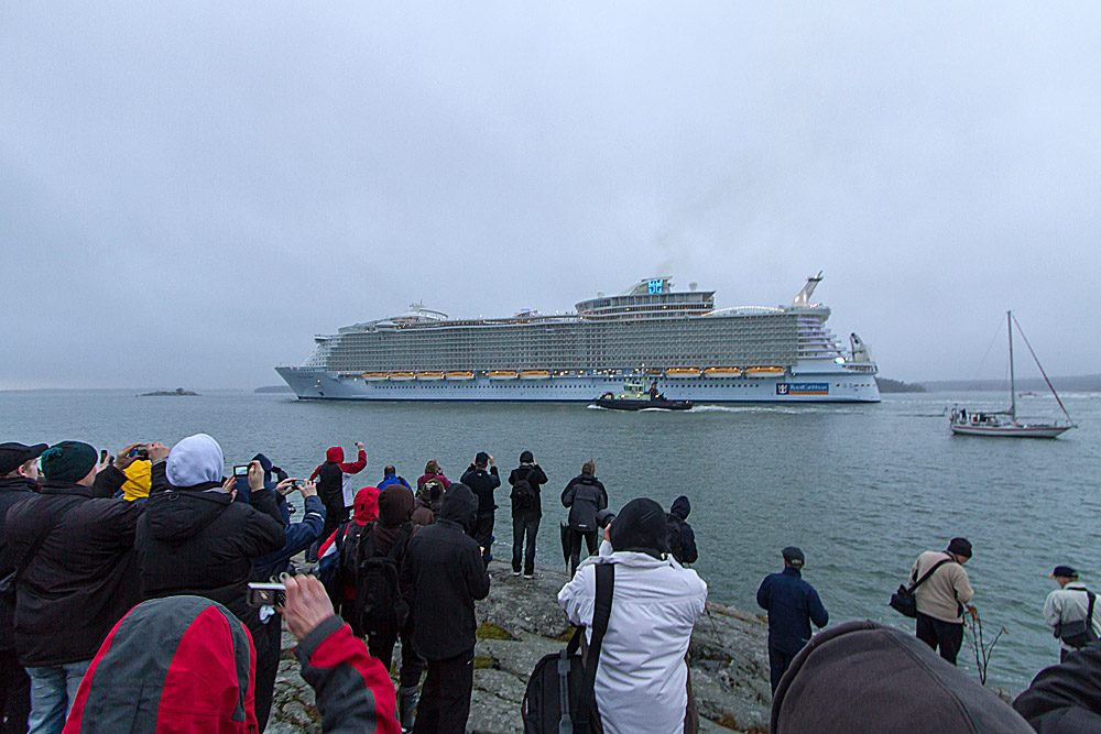 När Allure of the Seas lämnade Åbo kantades stränderna av tusentals intresserade.